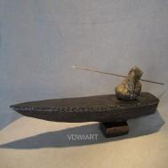 """""""Pêcheur en barque, grès foncé"""" h: 18cm"""